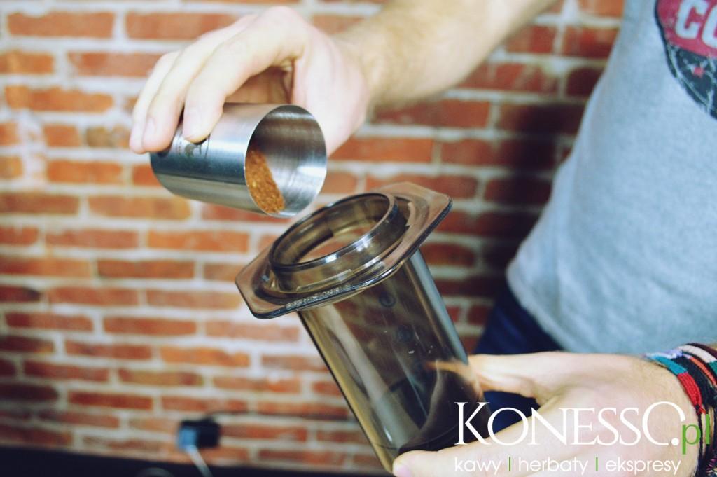 Zmieloną kawę wsypujemy do Aeropressu