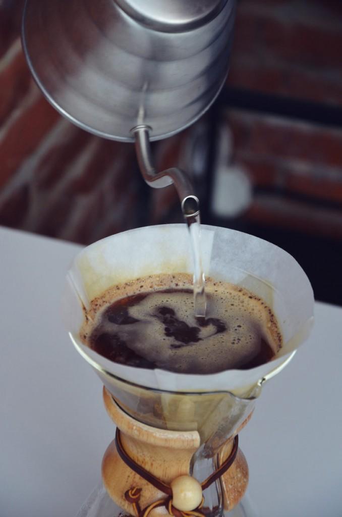 Zmieloną kawę zalewamy wodą o temp. około 90 stopni