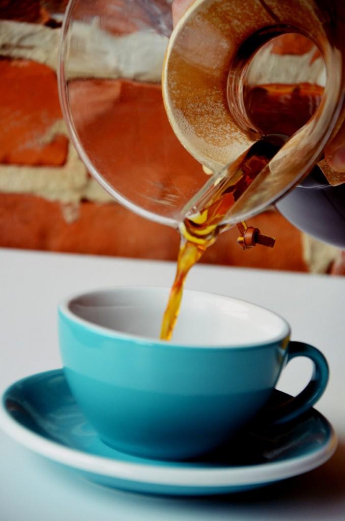 Przed przelaniem kawy wartą ją zamieszać