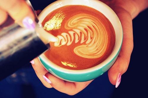 sztuka malowania mlekiem na kawie